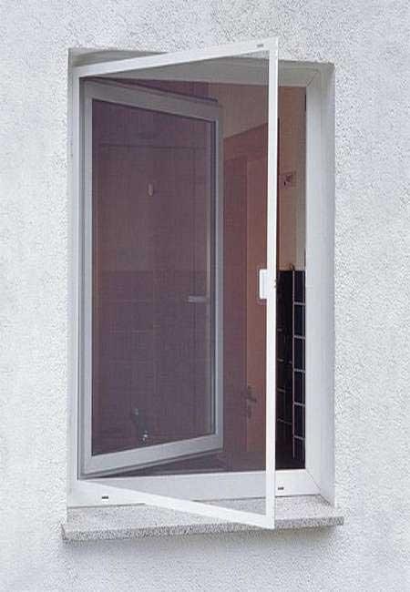 Комарник на панти за прозорец